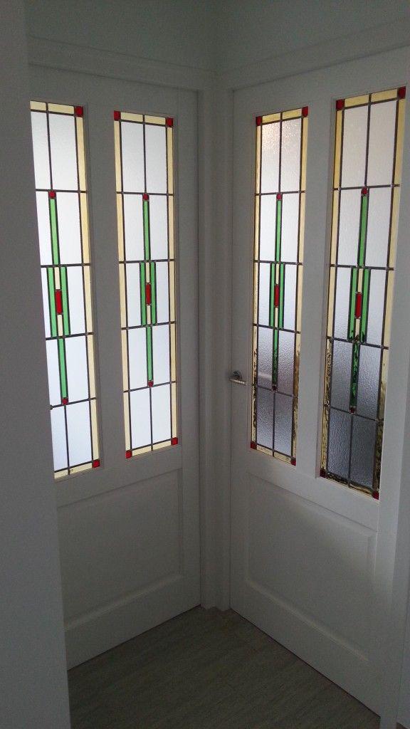Glas in lood deuren met panelen er onder | patroon kun je herhalen in tegellambrisering