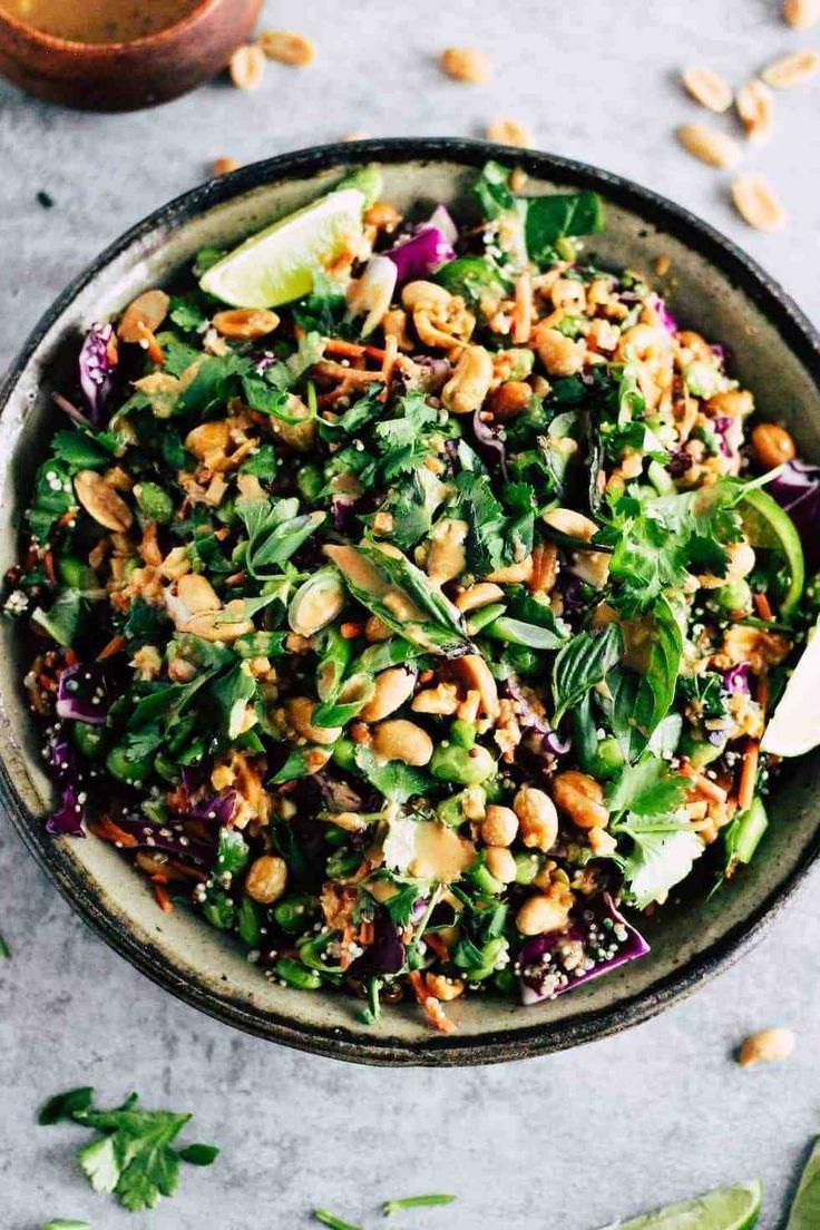 Eiweißhaltiges Edamame wird mit knusprigem Gemüse und pikantem Erdnussdressi
