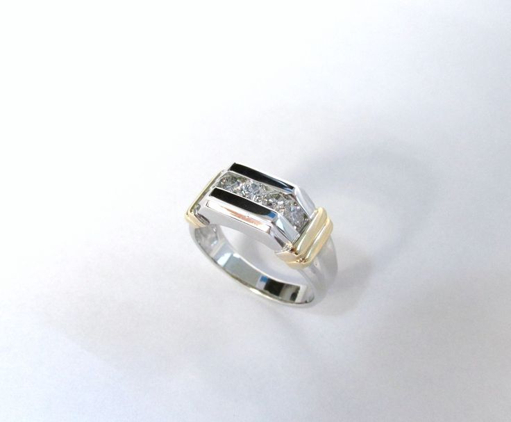 Espectacular anillo para hombre con moderno diseño en oro blanco y amarillo de 18k con diamantes  R701 #duranjoyerosbogota #joyasbogota #joyas #hermosasjoyas #hechoamano #oro #joyeria #anillos #handmade #gold #jewellry