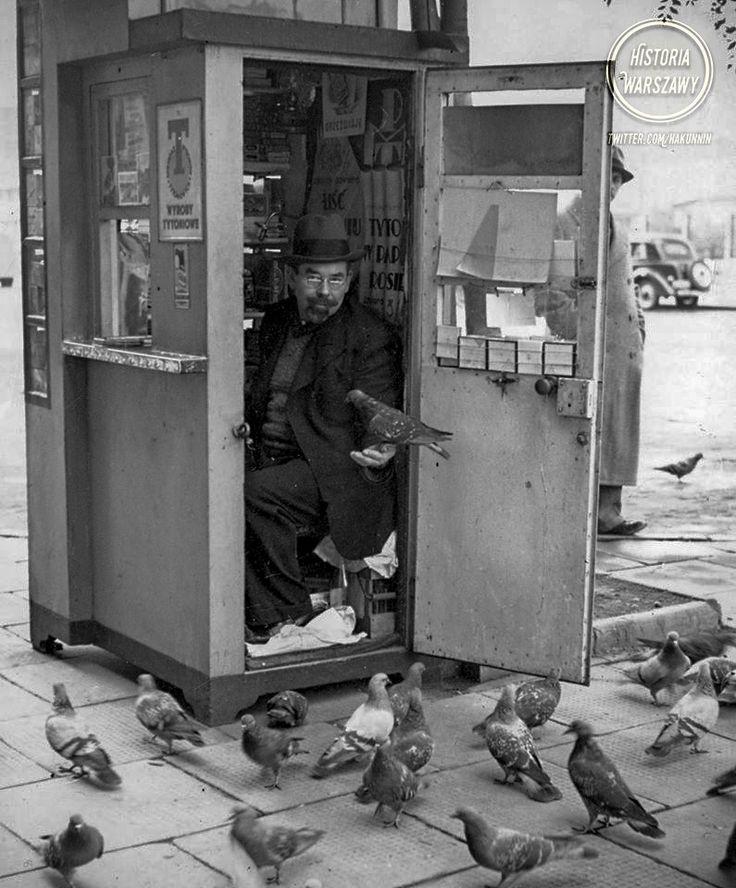 """Historia Warszawy na Twitterze: """"Sprzedawca wyrobów tytoniowych i jego gołębie :) Rok nieznany, liczę na Waszą pomoc :) Lokalizacja to prawdopodobnie pl. Wilsona (?) https://t.co/tEaIJt4Q3G"""""""
