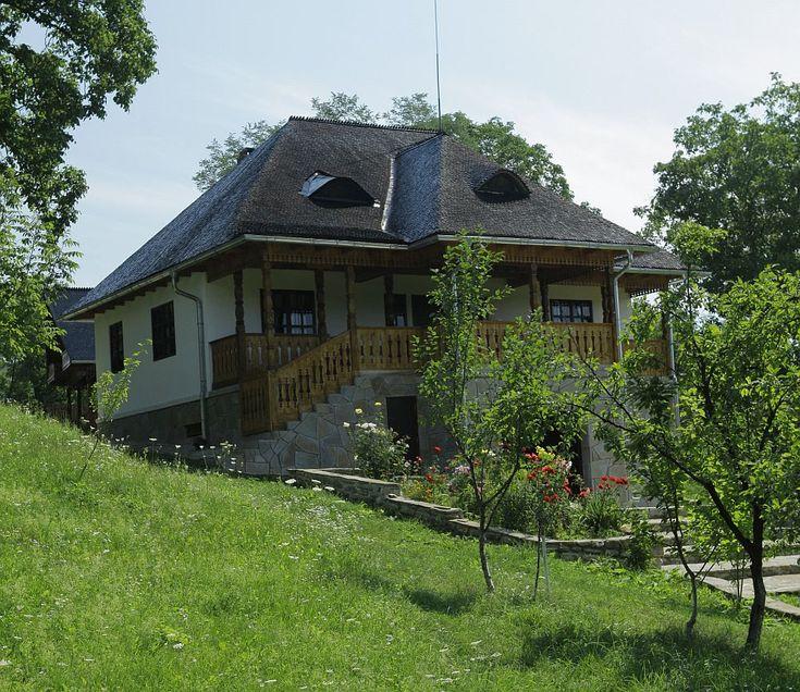 Și-au făcut casa din Prahova după un model tradițional muntenesc de la Muzeul Satului