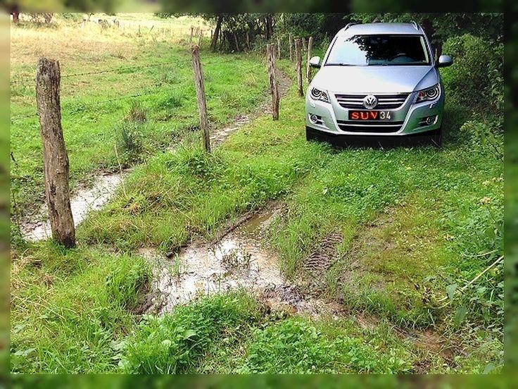 SUV-34: Randonnée en famille. Balade offroad en Tiguan ré haussé dans la campagne.