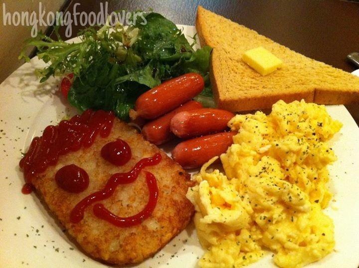 說到早餐,不如繼續。其實我們不只上午吃早餐,有時午,晚,宵,都吃,這叫All-day breakfast 為甚麽我們整天都想吃早餐呢?未睡醒?那是當然的,香港人誰睡得夠?特別豐富?感覺悠閒?算啦,看見這ketchup 笑臉,每天早上清爽明快的感覺又回來了! Make it veggie please use vegetarian sausages instead, or swap the bacon/ham/sausages for button mushrooms.  Make it Spanish, swap the sausages for Spanish chorizo sausages and  use chopped coriander for seasoning and eat with soft tortillas. (ref from BBC Good Food)
