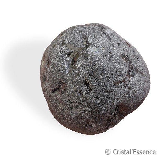 Tourmaline noire du Brésil, alluvionnaire. La Tourmaline noire est une pierre de protection très connue et très appréciée car elle offre une protection très complète contre tous types d'ondes négatives : électromagnétiques ,telluriques, humaines etc. C'est sous sa forme originelle en cristal qu'elle est la plus efficace,  Cette pierre a également une fonction d'ancrage, en particulier celle qui est biterminée.