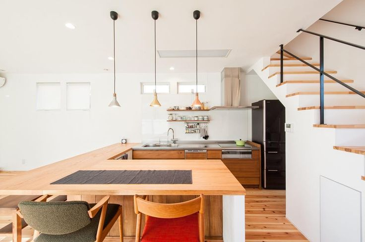コの字キッチン。と見せかけて、普通のキッチンにコの字風で造作。これなら低コストでおしゃれ!!ダイニングと繋げるとすごく楽ですね。コの字キッチンをするときはパントリー必須です。 #グランハウス岐阜#岐阜市#設計事務所 #コの字キッチン#キッチン#造作キッチン #製作キッチン#おしゃれなキッチン #おしゃれハウス#注文住宅#新築 #マイホーム#リビング階段#階段 #間取り#自由設計#アイアン手すり #ダイニング#おしゃれな照明#照明 #ペンダントライト#かわいいキッチン #kitchen#dining#myhome#architecture