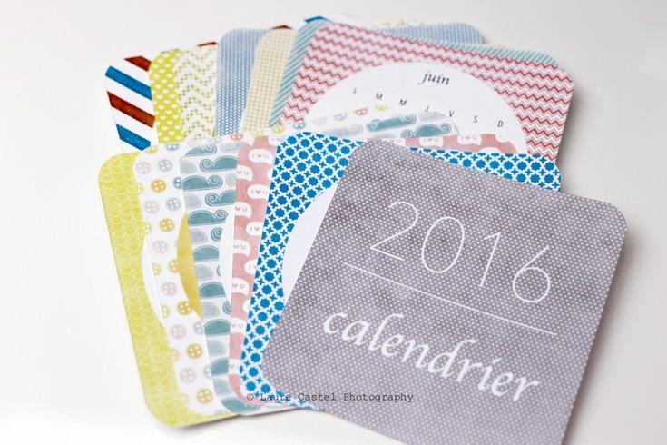 Bonjour les amies, 2016 commence, il est temps de vous imprimer un petit calendrier 2016 ! Il suffit de le télécharger, de l'imprimer sur du papier un peu épais et vous voilà avec un joli petit calendrier 2016 ! Celui-ci est très mignon, vous pouvez le découper avec des petits coins arrondis. Vous pourrez ensuite …
