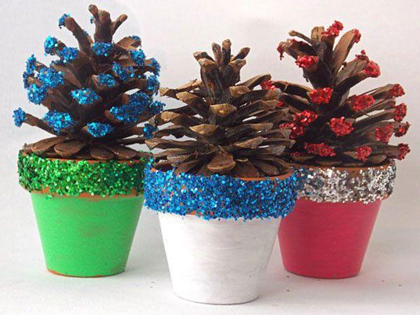 Alberi di Natale con pigne e vasetti di terracotta