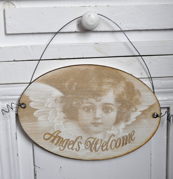 Bezaubernd schönes Engel-Schild mit der Aufschrift Angels Welcome und einem niedlichen Engelkind. Das Schild wurde aus Pappelholz von Hand gefertigt u