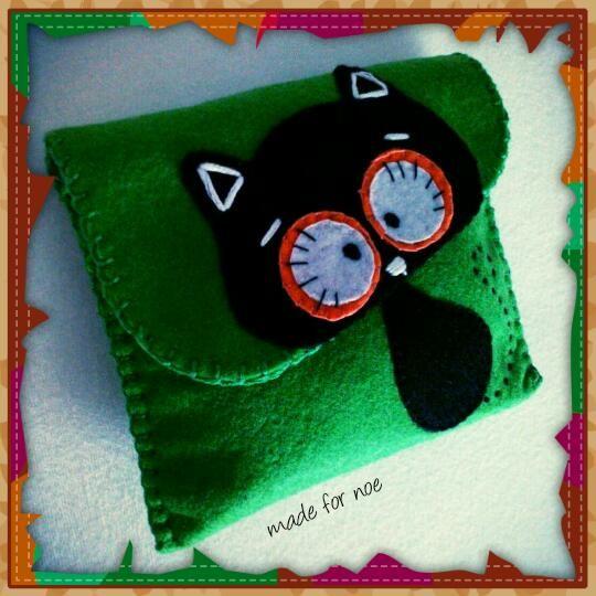 hand-stitched felt clutch #cat #felt #green #pochette