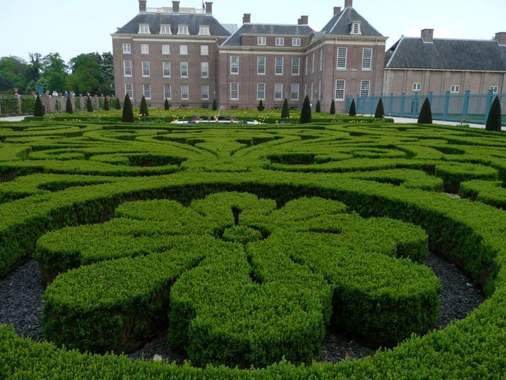 Prachtige buxustuin bij een huis van de koninklijke familie.