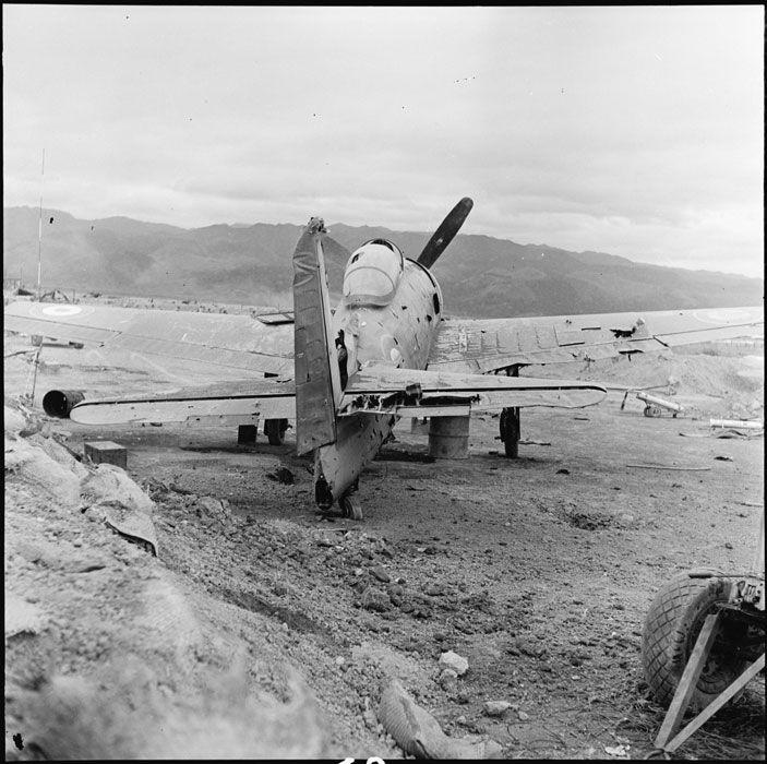 """Un avion F8F Bearcat du GC (Groupe de Chasse) I/22 """"Saintonge"""", détruit dans son alvéole de protection par les tirs d'artillerie du Viêt-min, dans le camp retranché de Dien Bien Phu... Mars 1954"""