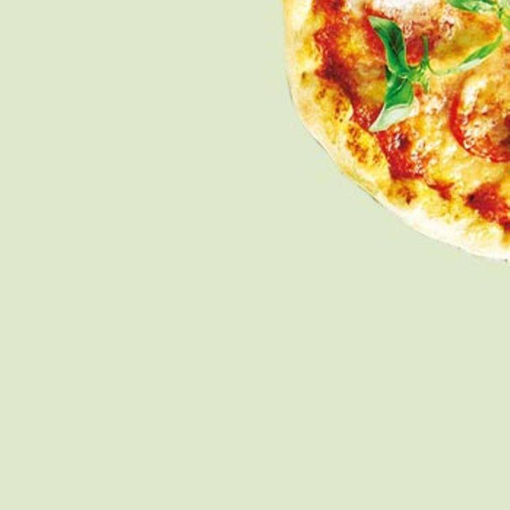 """Ganz einfach Pizza backen - mit Fladenbrot - """"Wer Pizza backen will, muss nicht unbedingt vorher Hefeteig machen. Schnell und einfach kann man Pizza mit Fladenbrot machen. Wir zeigen euch Schritt für Schritt, wie das geht."""""""