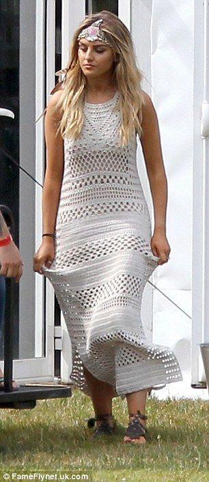 Bonito como uma imagem: A bela loira mais tarde transformado em um vestido à moda maxi creme crochet, ao adicionar um toque de glamour de inspiração Coachella com um capacete adornado dramática e facepaint