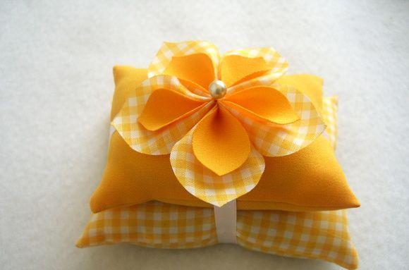 Peso de porta almofadinha com flor em tecido. R$ 15,00