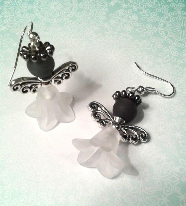 Die Engel Ohrringe haben ein kleines Kleidchen an und eine blaue Perle als Kopf. Die Flügel sind Silbern und ein kleiner Kranz ist der Heiligenschein. Die Engel Ohrringe sind das ideale Accessoire...