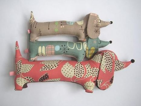 Super duper cute sausage dog toys! The patterns on the fabrics used are great. #SausageDogs #KidsToys