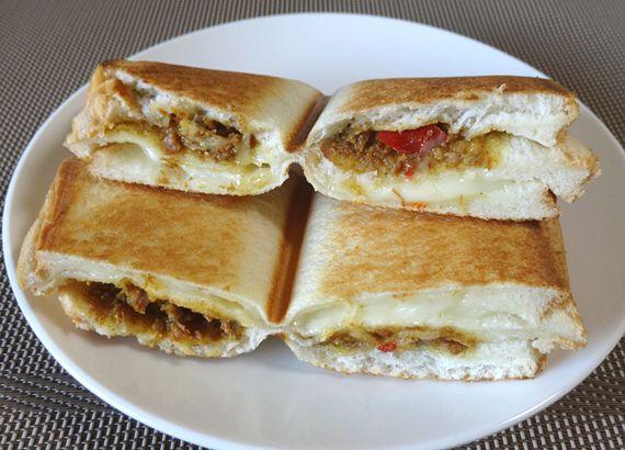 ドライカレーとチーズのクラブハウスホットサンド│パパッと簡単!ホットサンドレシピBAWBAW