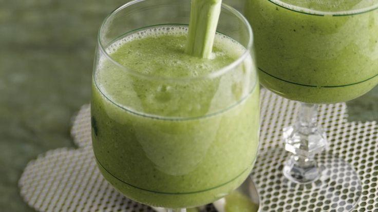 In diesem herzhaftem Drink steckt geballte Gemüsepower: Smoothie mit Brokkoli und Joghurt | http://eatsmarter.de/rezepte/smoothie-mit-brokkoli-und-joghurt