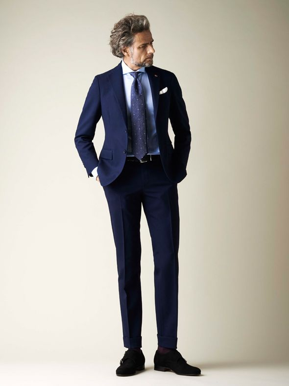 Navy suit with Blue tie: an Evergreen