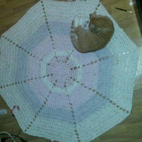 Chunky rug from bedlinen. Gulvteppe fra opprevet sengetøy. Ca 140 cm fra hjørne til hjørnet