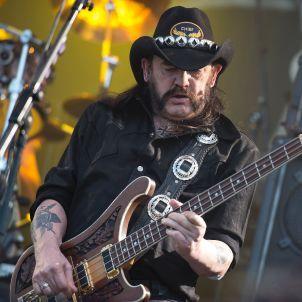 """Motörhead-Frontmann Lemmy Kilmister in Wacken: Nach nur 30 Minuten musste er das Konzert in Wacken abbrechen - und verschwand hinter der Bühne. """"Mir ging es in letzter Zeit nicht gut"""", sagte er zu Beginn des Konzerts, """"ich bin hier auf der Bühne, um ein bisschen Rock'n'Roll zu spielen und mich noch mehr abzuwracken."""""""