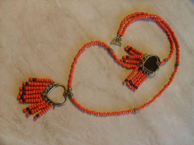 UNICAT  Colier handmade, cu pandantiv, vesel si jucaus, din margele de nisip de 4 mm, portocaliu intens, si negre, margea acrilica neagra, accesorii bronz. Lungime 73 cm. Pandantiv 6,5/4 cm.