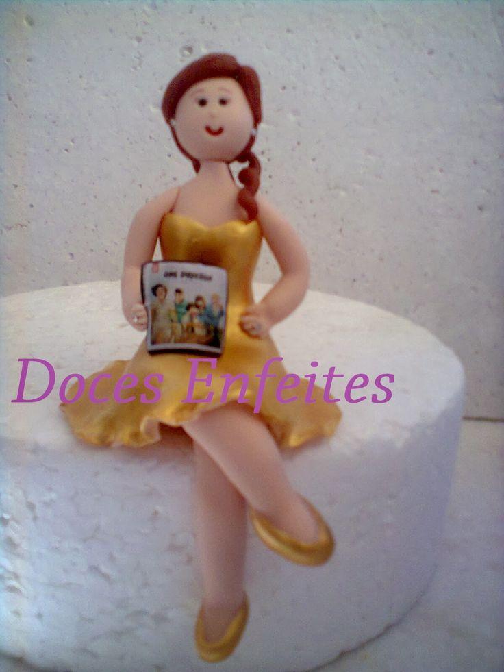 Boneca para 15 anos (com cd do One Direction - topo de bolo em biscuit) Encomendas:(21) 2652-6583 www.docesenfeites.blogspot.com