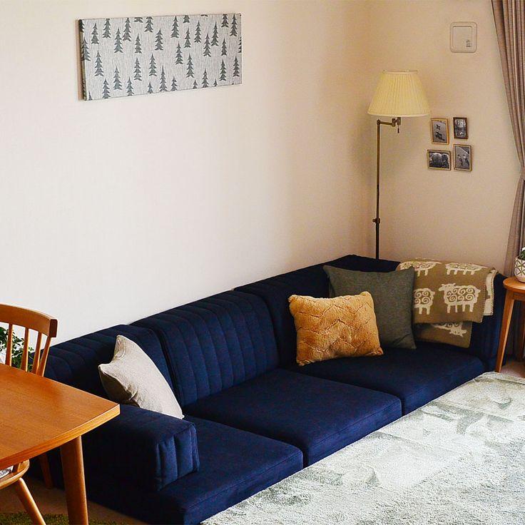 ローソファ専門店HAREM / お客様のローソファのある暮らし。生地「カプリス:ミッドナイト」が空間を引き締めていて、北欧テイストのインテリアともよく似合っています!  ワンちゃんたちにとっても、すっかりお気に入りの場所ですね。