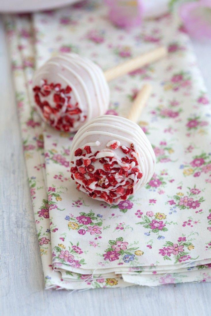 Cake Pops mit weißer Schokolade - süßer Lollie am Stiel als Geschenk, zum Brunch oder zum Naschen für zwischendurch. Hier geht`s zum Rezept: http://eatsmarter.de/rezepte/cake-pops-mit-weisser-schokolade