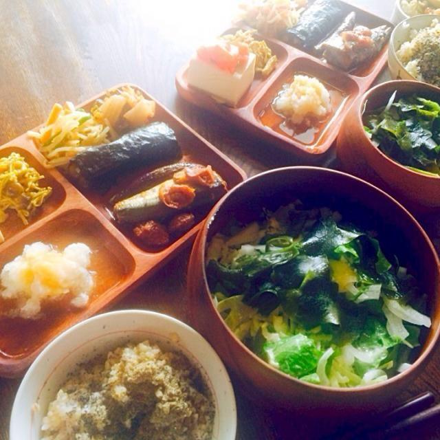 作り置きで似たようなメニューが続きますがやっぱり作り置きは楽、、、。自家製キムチがおしまいになりました。 - 11件のもぐもぐ - 豆腐のカプレーゼとエノキとシメジのカレー風味炒めともやしとピーマンと人参のナムルと自家製キムチとエノキとシメジの海苔巻きと秋刀魚の梅煮と生野菜ワカメサラダと発芽玄米と麦ご飯の煮干し粉と黒胡麻すりがけ by toki69