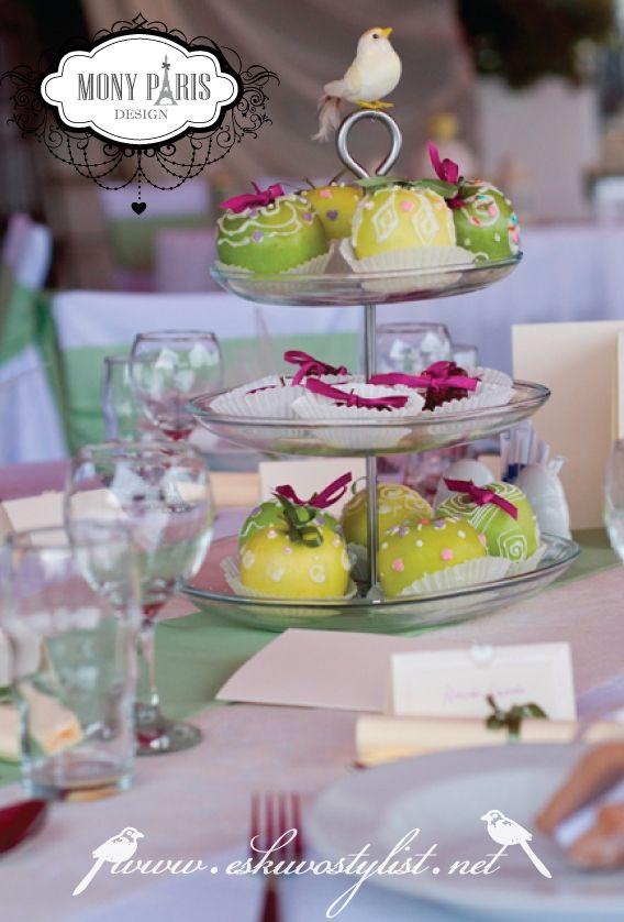 Mesés esküvő, vidám stílusú esküvő dekoráció, almás esküvő, zöld-lila esküvői dekoráció, desszert dekoráció