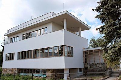 Vila Glücklich - Druhým největším domem na babě je vila historika Julia Glücklicha postavená v roce 1934 podle návrhu architekta Josefa Gočára.