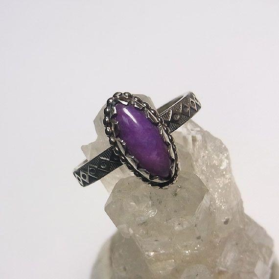 濃い紫色が品のあるスギライトをカチッとした印象のリングに仕上げました。*スギライト*(杉石)主に南アフリカで産出する紫色の石で、唯一日本人の名前が付いた鉱物で... ハンドメイド、手作り、手仕事品の通販・販売・購入ならCreema。