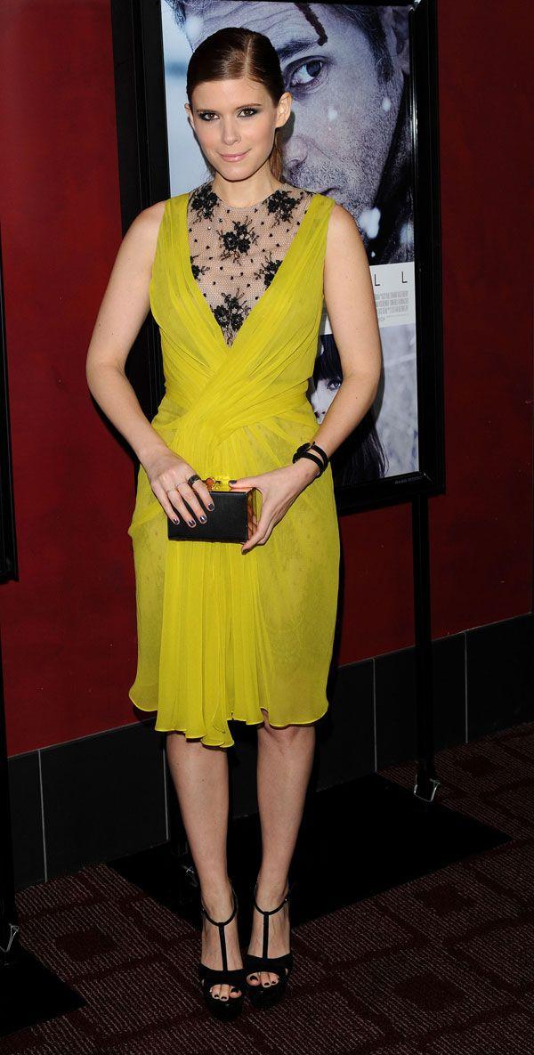 Olivia, muy guapa con un conjuntode falda tubo y jersey de punto con bordados en oroKate Mara, guapísima con un vestido verde lima con bordados y