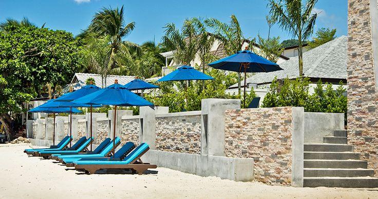Lehátka na pláži před resortem.
