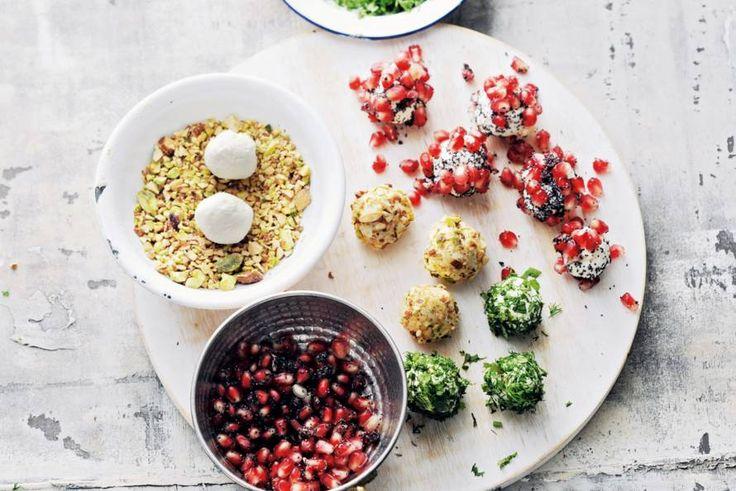 Slim bekeken. Met romige kaas en een kruiden-, noten- en granaatappelmengsel zet je in één klap drie hapjes op tafel - Recept - 3x kaasballetjes - Allerhande