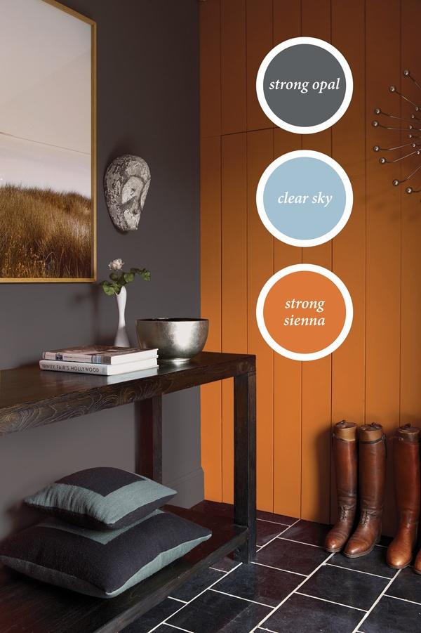 De oranje kleur lijkt nog warmer naast de blauwgrijze muur. Hoe oranje rustig en warm kan zijn.
