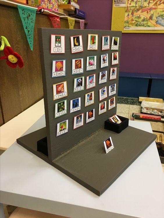 Aanvankelijk leren lezen. Spel gebaseerd op 'Wie is het'. Stap 1: trek een kaartje (tegnspeler kan dit niet zien) Stap 2: vragen stellen aan elkaar m.b.t. de letters in kop-buik-staart van het woord (vb. staat er een letter 's' in het kopje?) Stap 3: kaartjes wegnemen per vraag Stap 4: de speler die nog 1 kaartje over heeft, kan het gekozen kaartje van de tegenspeler raden