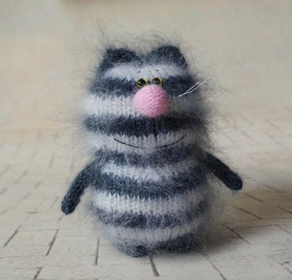 gestreift grau wei e katze mit backenbart katze hand knitted katze spielzeug amigurumi puppe. Black Bedroom Furniture Sets. Home Design Ideas