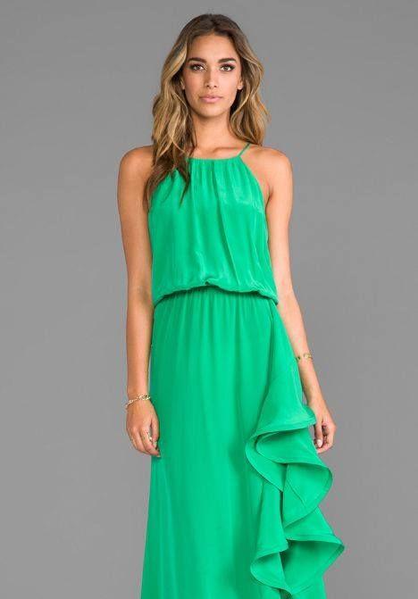 #LolasAlquilerdeVestidos te recomienda el verde esmeralda para que luzcas hermosa en ocasiones especiales. Este color te brinda un look elegante y moderno.
