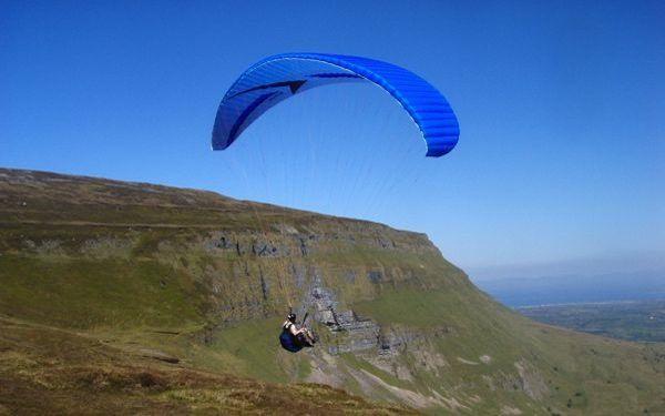 Parapente: Es una variedad más suave de paracaidismo, puesto que el descenso se realiza de manera lenta y pausada, mientras se planea por el aire.