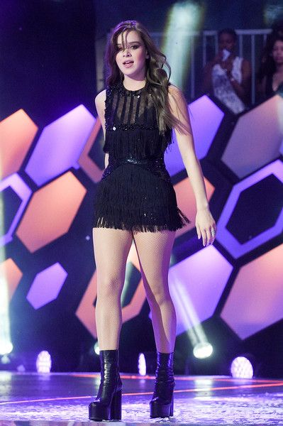 Hailee Steinfeld Photos - Hailee Steinfeld performs at the 2016 iHeartRADIO MuchMusic Video Awards at MuchMusic HQ on June 19, 2016 in Toronto, Canada. - 2016 MuchMusic Video Awards - Show