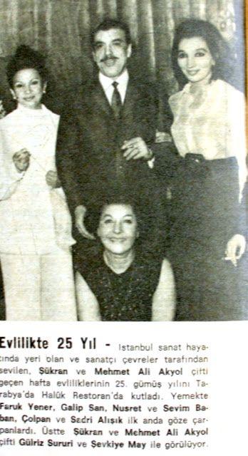 Evlilikte 25 yıl : İstanbul sanat hayatında yeri olan ve sanatçı çevreler tarafından sevilen Şükran ve Mehmet Ali Akyol çifti geçen hafta evliliklerinin 25. gümüş yılını Tarabya Haluk restoran'da kutladı. Yemekte Faruk Yener, Galip San, Nusret ve Sevim Baban, Sadri Alışık ve Çolpan İlhan ilk anda göze çarpanlardı. Üstte Şükran ve Mehmet Ali Akyol çifti Gülriz Sururi ve Şevkiye May ile görülüyor...1970