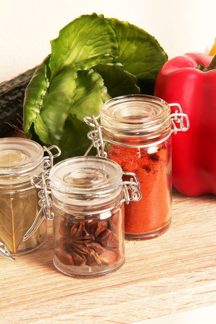 Klein glazen voorraadpotje in de vorm van een weckpot. Je kunt deze schattige kleine potjes gebruiken om kruiden als paprikapoeder, steranijs, laurier etc in te bewaren.
