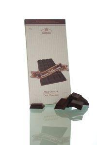 Tumma suklaa, jonka kaakaopitoisuus on 64 %. Tämän paahteisen tumman suklaan päämakuja ovat kuivuus ja hapokkuus. #frookynanherkku #kotimaisetherkut #suklaatila #suklaa