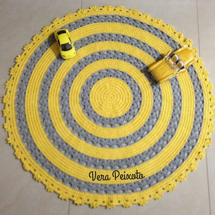 Tapete de crochê redondo amarelo e cinza , um charme... #tapetedecroche #tapetequartodebebe #tapeteamarelo #amareloecinza #decoraçãoamarela