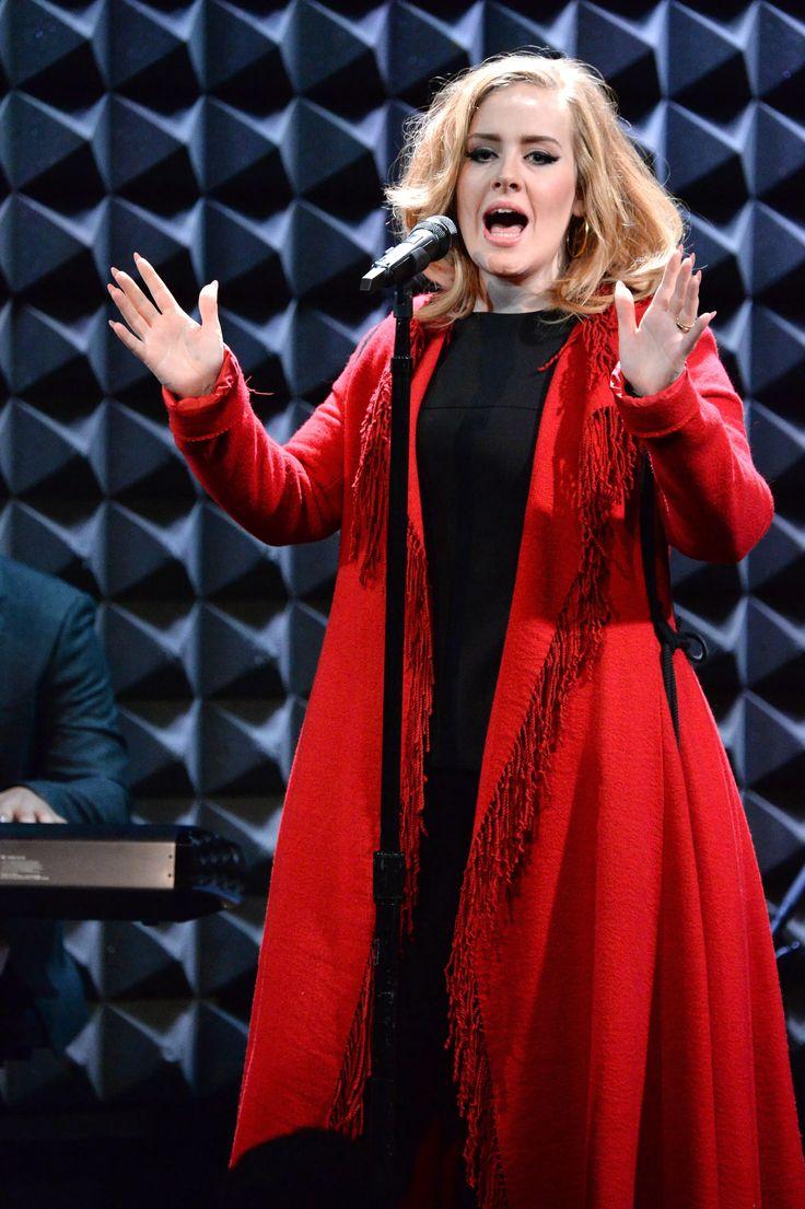 """Después de romper récords con su tercer álbum titulado 25, Adele anunció que se irá de gira en el 2016. La cantante compartió la noticia a través de su cuenta oficial de Twitter. """"Hola, soy yo Adele"""", dijo en un video de Twitter, antes de estallar en carcajadas. """"Dios, no puedo decir eso nunca más..."""