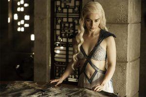 La actriz británica Emilia Clarke, conocida por interpretar a Daenerys Targaryen en la serie Game of Thrones, se unió al reparto de la película de la saga Star Warscentrada en la figura del joven Han Solo, informó hoy la página oficial de la franquicia. Clarke, que en las pruebas de casting se impuso a artistas […]