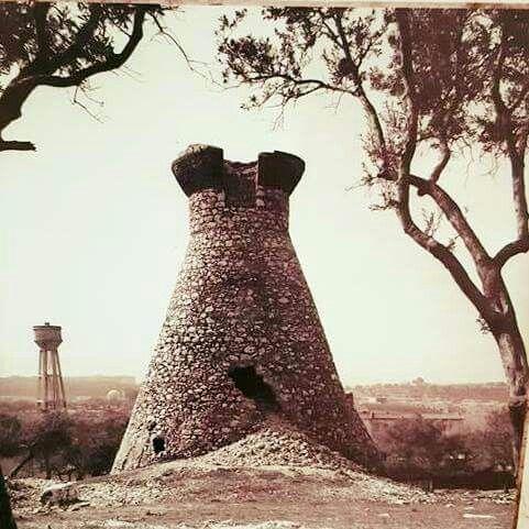 Buca Kız Kulesi ve ileride soldaki kule cezaevinin su deposu. 50'ler ya da 60'lar. Değirmen, Hacıantoni isimli Rum bir işadamına aitti. Hacıantoni un işinde çalışmaktaydı. Buca'da bir kaç tane değirmeni vardı. Kulenin tepesinde teras bulunurdu. Pertiviç'e göre, Hacıantoni'nin Darağaç'ta iki, Kararas'a göre de İlyas Peygamber Manastırı yakınında da bir değirmeni vardı.