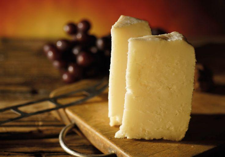 Le Ladotyri Mytilène AOP est un fromage dur, élaboré principalement à partir de lait de brebis et rarement mélangé ave du lait de chèvre. Il a une couleur jaune rougeâtre et se distingue par sa saveur beurrée et corsée et son intense arôme.